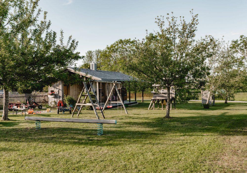 Spielplatz mit vielen Obstbäumen